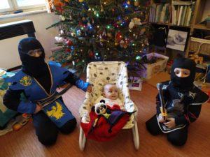 děti pod stromečkem